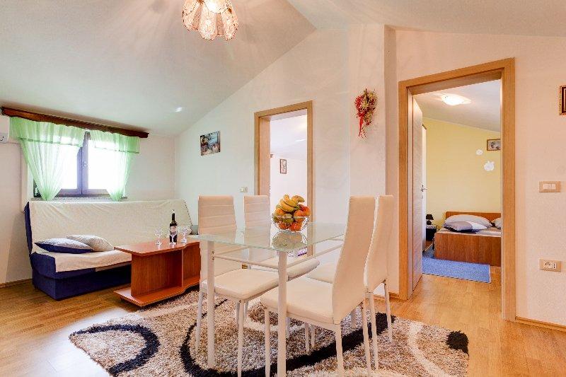 Schöne frisch renovierten Wohnzimmer + Esstisch und Küche