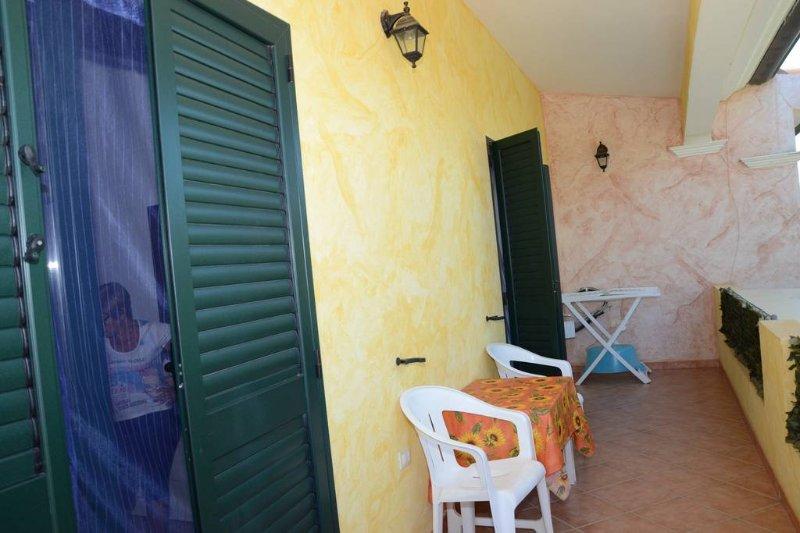 Villa Nicola Casa vacanze a 250 mt dal mare Giardino privato con barbecue, vacation rental in La Caletta