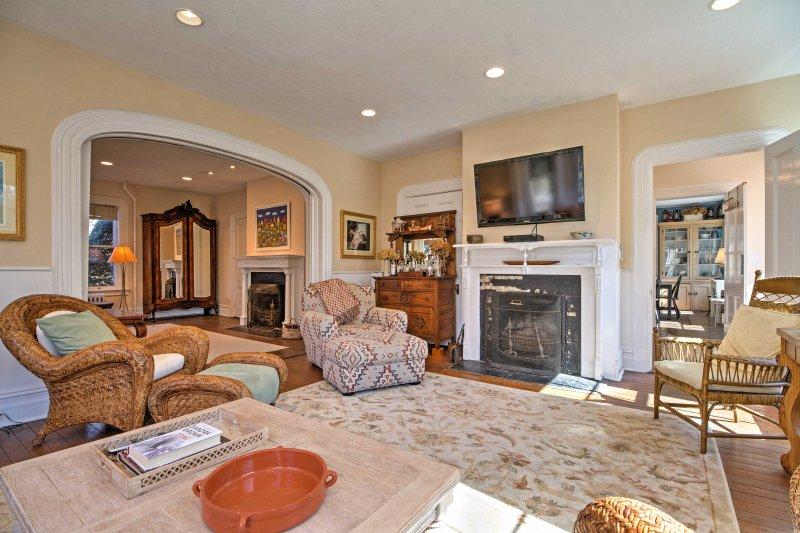 Gaste tempo de qualidade com seus entes queridos na sala de estar com mobiliário caseiro.