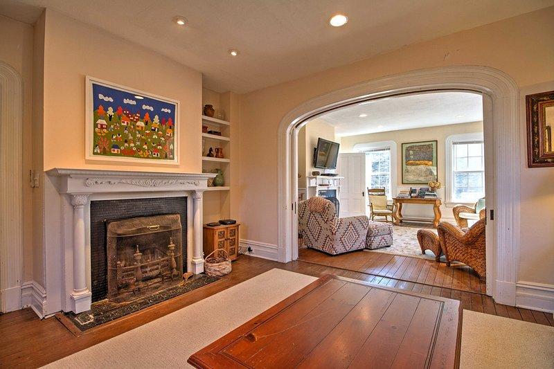 Gehen Sie durch einen schönen Torbogen in das formale Wohnzimmer mit zusätzlichen Sitzplätzen.
