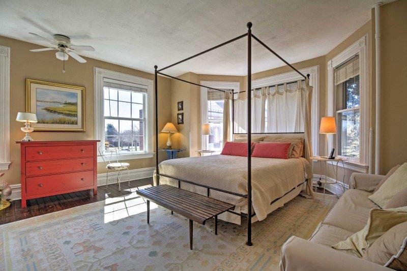 Steigen Sie in dieses schönen Himmel Queen-Size-Bett im Schlafzimmer.