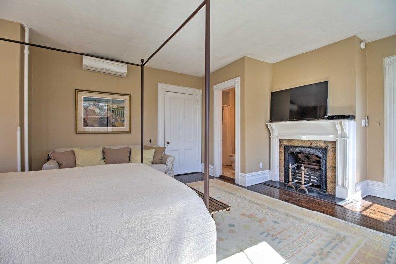 Das Schlafzimmer verfügt über einen offenen Kamin, Flachbildschirm-TV und ein eigenes Bad.