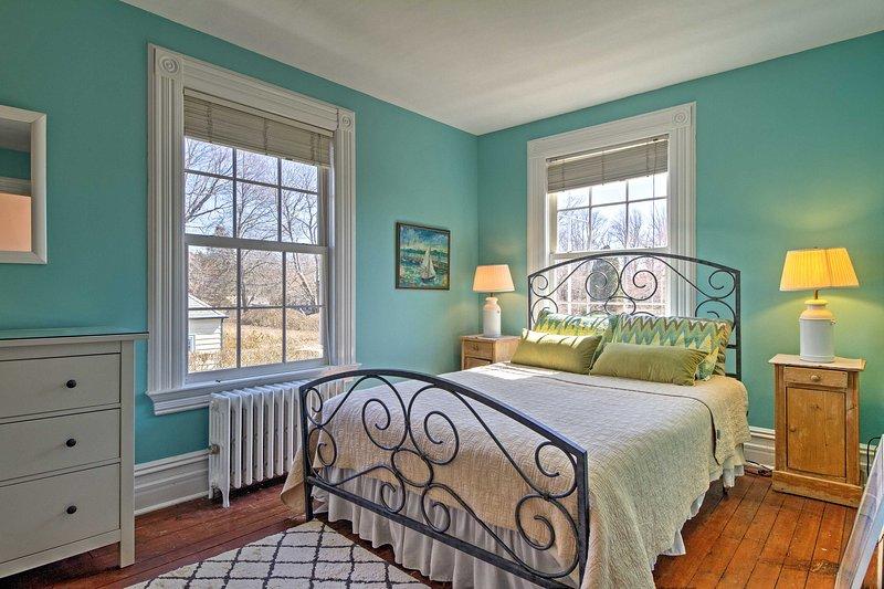 Das Schlafzimmer verfügt über ein Queen-Size-Bett mit komplizierten Eisen Kopfteil.