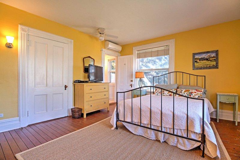 Wachen Sie erfrischt nach einer geruhsamen Nacht in diesem Queen-Size-Bett.