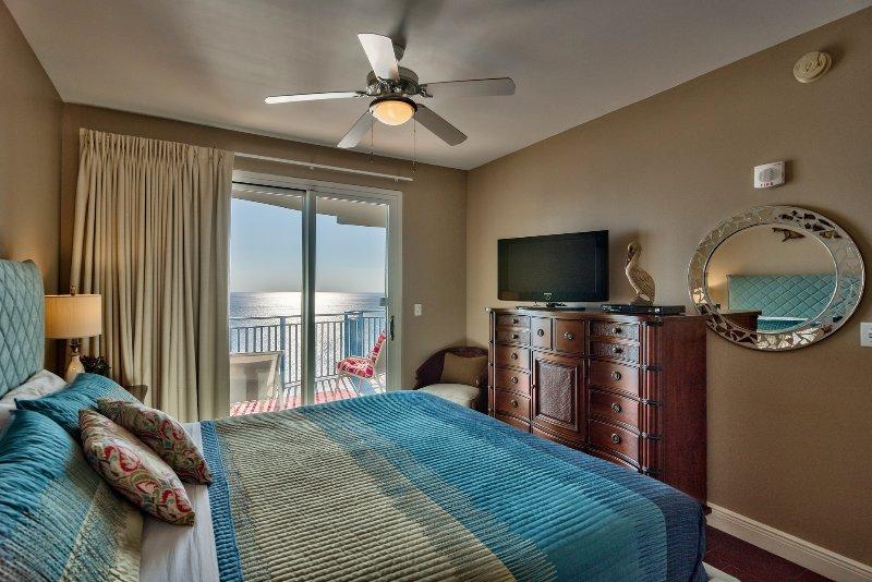 Esta habitación cuenta con una pantalla plana de televisión y acceso al balcón!