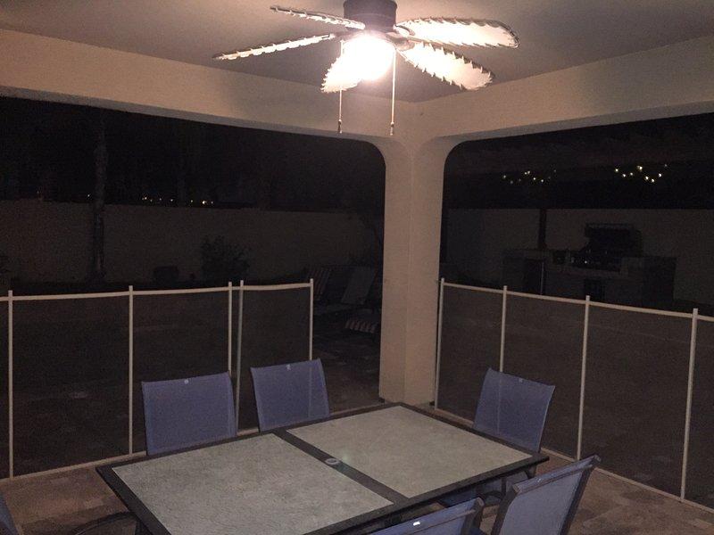 Buiten dineren in schone AZ lucht bij het zwembad