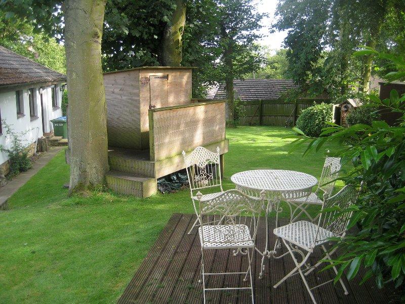 terrasse ensoleillée avec maison d'arbre