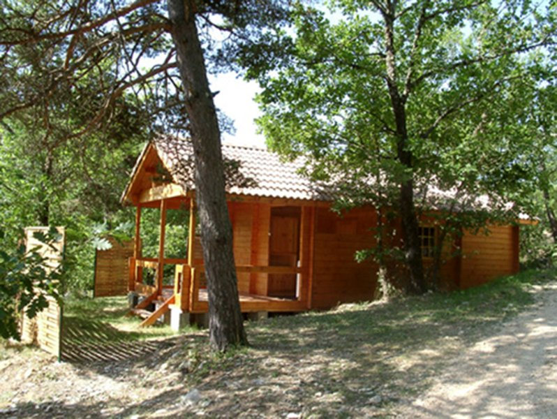 Wooden bungalows, simple and warm, located in a forest of oaks.