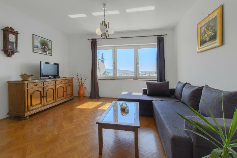 *BEST BUY* A2- Spacious apartment with balcony and sea view, vacation rental in Kastel Gomilica