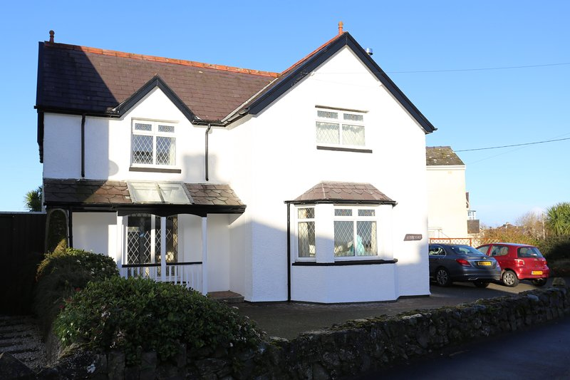 Hyfrydle, family holiday home, close to Benllech Beach, vacation rental in Brynteg