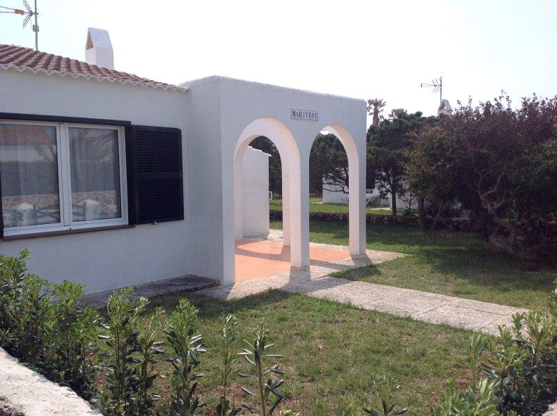 Fachada exterior y jardin