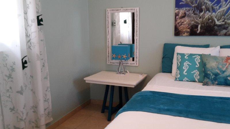 Habitación principal espaciosa. Todas las ropa de cama, toallas de baño y playa decoradas