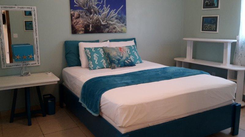El dormitorio principal, cama doble, disfrutar tanto de CA y ventilador de techo