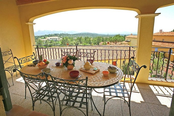 St Endreol 2-bedroom apartment shared indoor & 2 outdoor pools, holiday rental in La Motte