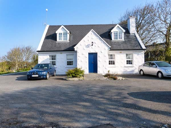 BRANDY HARBOUR GROUND FLOOR COTTAGE, open plan, lovely walks, nr Ballinderreen – semesterbostad i Oranmore