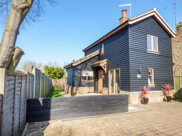 MEADOWSWEET COTTAGE, detached cottage, enclosed garden, BBQ, WiFi, in, vacation rental in Saxmundham