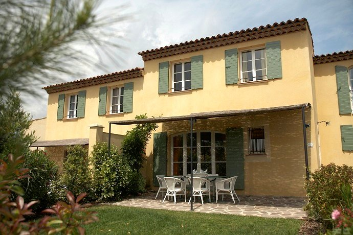 St Endreol 3 bedroom town house with shared indoor and 2 outdoor pools – semesterbostad i Var