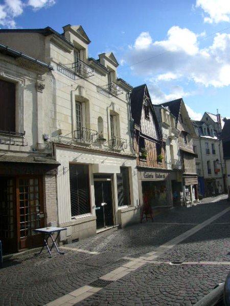 Vor dem Haus Rue Jean-Jacques Rousseau