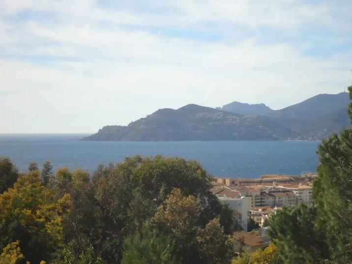 Vista desde la terraza del mar y las montañas Estelle