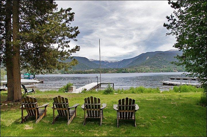 Det privata landet har Grand Lake Shoreline och en docka