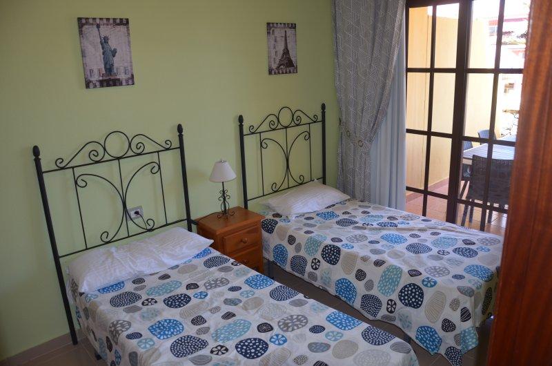 sala 2 camas de solteiro e acesso ao terraço