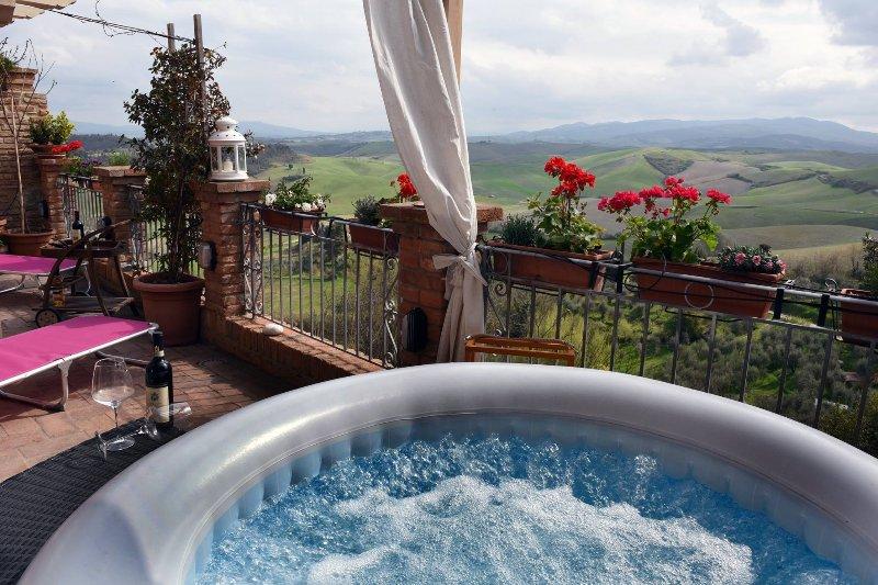 Dimora terraza suite de una casa unifamiliar con una amplia terraza con vista a las colinas