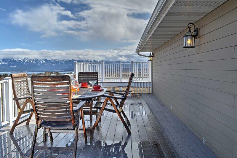 Esta casa cuenta con abundantes vistas de Flathead Lake y Misión montañas!