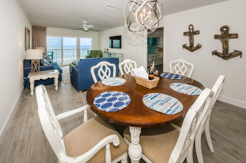 Dining table for 6 and bar stools for 4 - plenty of space for entertaining