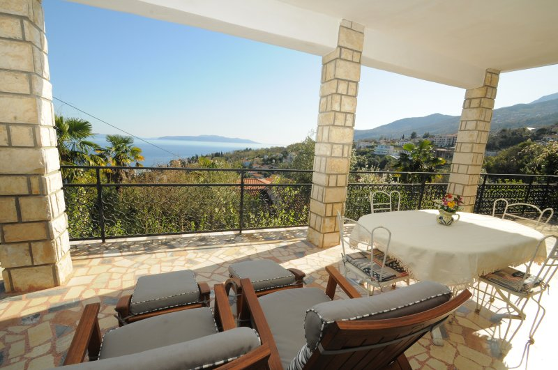 Pet friendly apartment with big terrace and splendid sea view close to Opatija, vacation rental in Icici