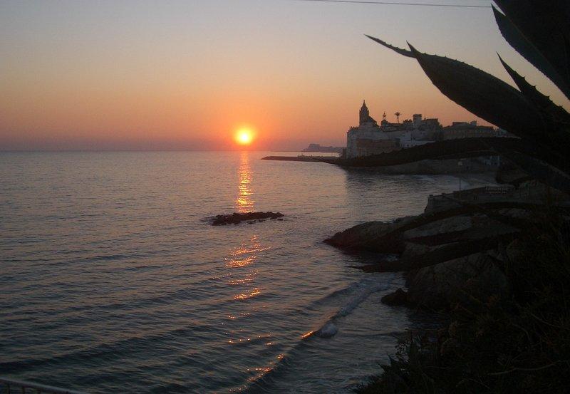 Sitges, spiaggia di San Sebastian, tramonto in inverno ...