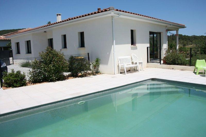 Belle maison moderne de plein pied, piscine sécurisée, aluguéis de temporada em Les Matelles