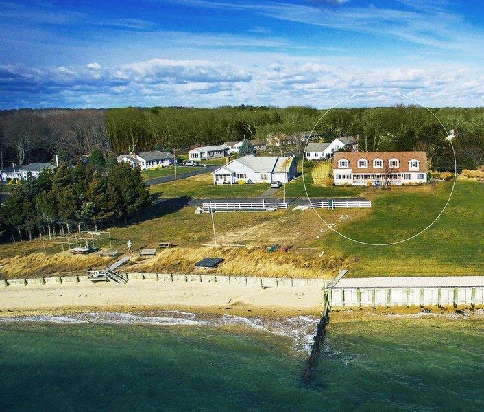 Vista aérea de la casa (en el círculo) a pocos pasos de nuestra playa de arena de la bahía