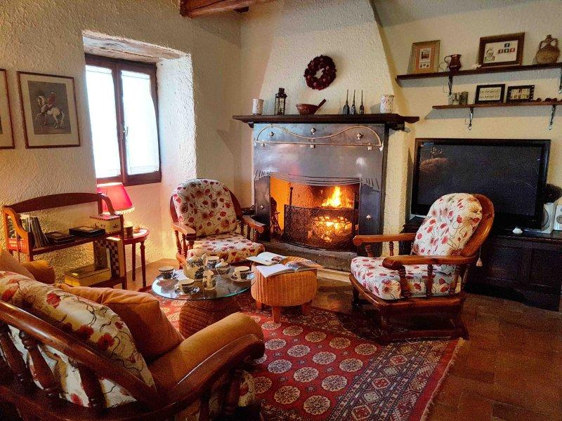l calore di un antico casale di campagna immerso nelle verdi colline nella pace con gli agi odierni