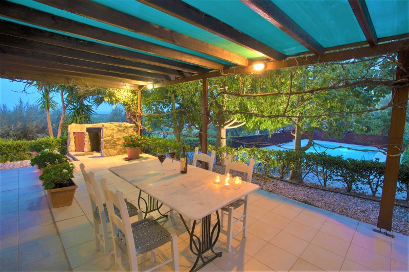 Charming sea view villa with pool & olive grove - disCrete Villa Maroulas, location de vacances à Maroulas