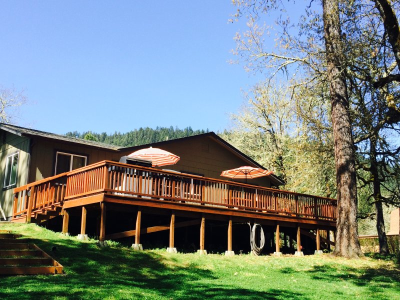 Peaceful Rogue Riverfront Home on 3 Acres!, holiday rental in Grants Pass