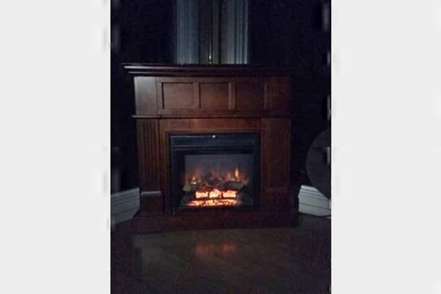 disfrutar de la comodidad de la chimenea eléctrica en las noches frías de invierno
