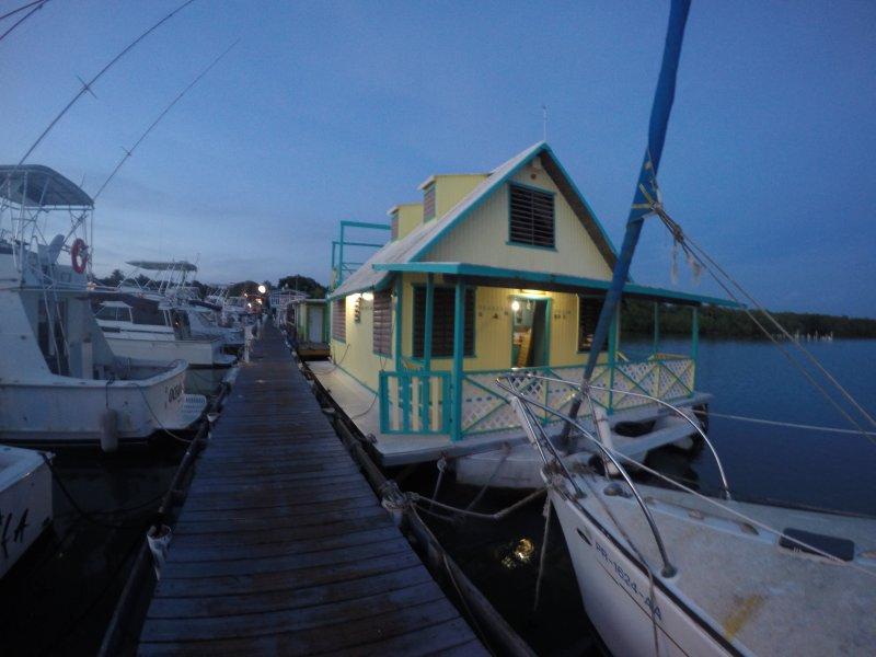 El Pelícano Tropical-Rustic Houseboat, location de vacances à Lajas