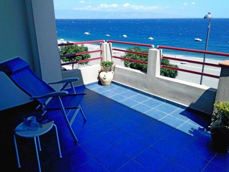Casa Marina, Bilocale Confort: due camere, due bagni, due terrazzi panoramici., vacation rental in Nizza di Sicilia