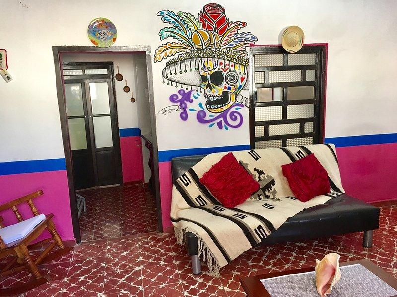 El salón cuenta con originales pinturas mexicanas.