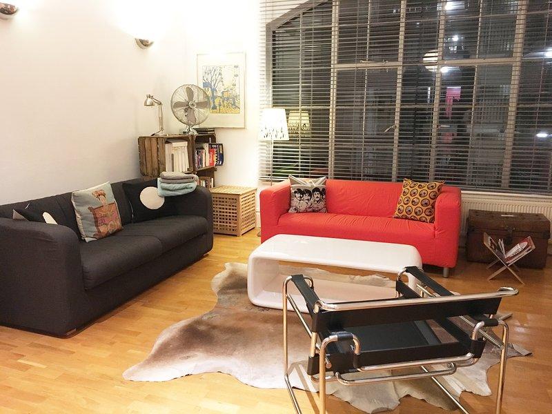 Espaçosa sala de estar com janelas enormes