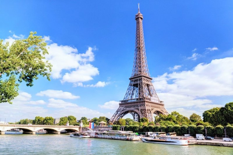 Paris Eiffel Tower and the promenade of Bateaux Mouches; in the heart of PARIS in 25 minutes