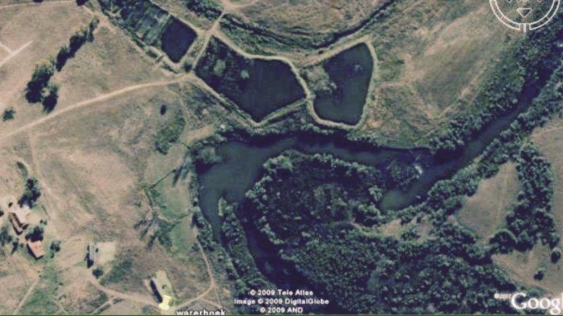 Google visión general que muestra la proximidad a otras casas de campo, río y embalses