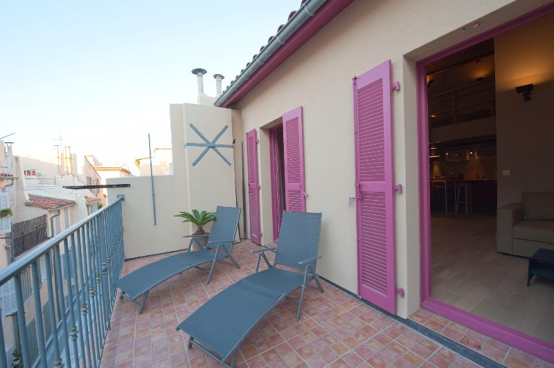 The terrace with pink shutters