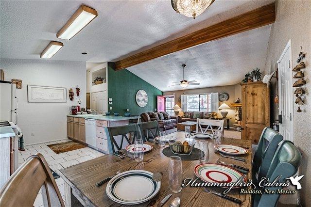 Sala da pranzo con cucina a sinistra
