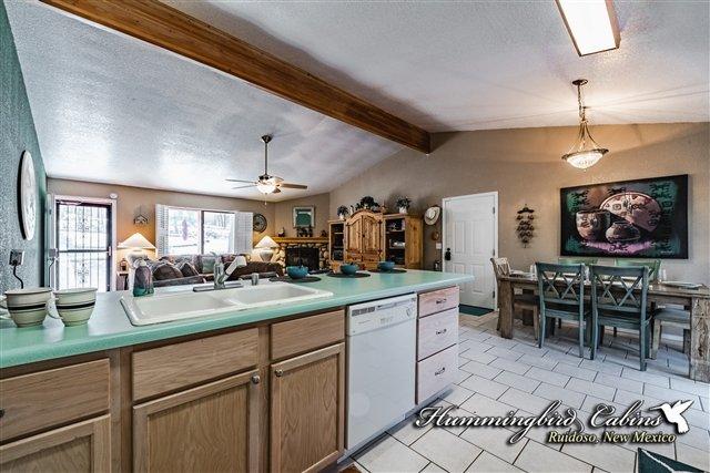 Guardando verso il soggiorno dalla cucina con la zona pranzo a destra