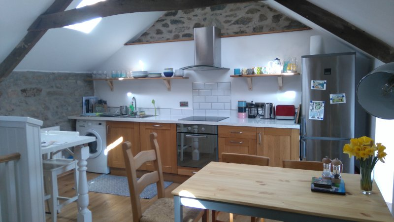 Fully equipped kitchen, integrated dishwasher, washer/dryer, fridge/freezer etc, all brand new.