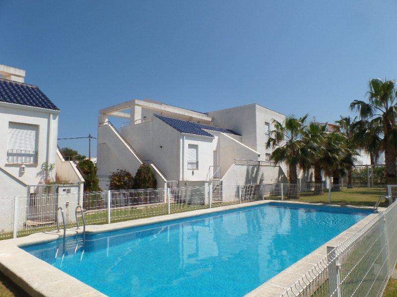 Ático con entrada independiente y a 150 metros del mar., holiday rental in Oliva