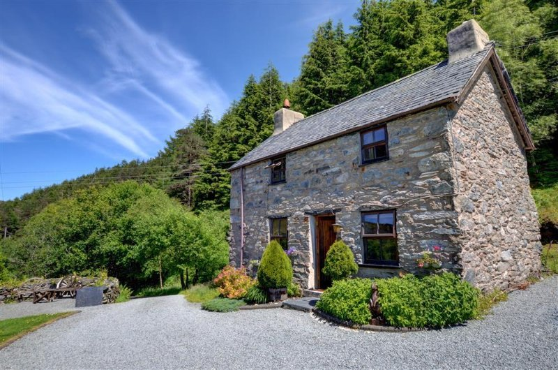 Ochr y Foel is a detached stone cottage in an enviable lakeside location in the mountains of Snowdonia National Park