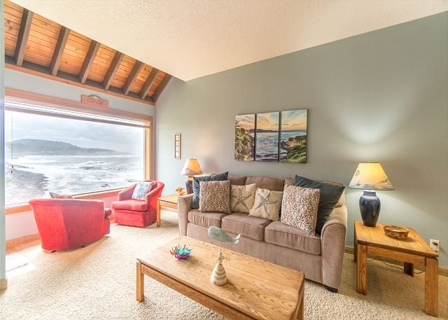 oceanfront condo located in Depoe Bay with direct view of Spouting Horn, alquiler vacacional en Depoe Bay
