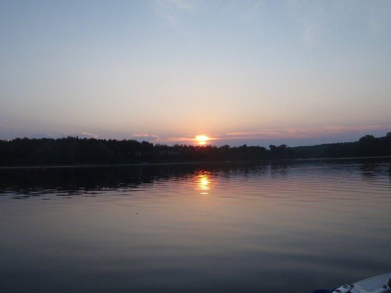 Hermosas puestas de sol sobre el lago.